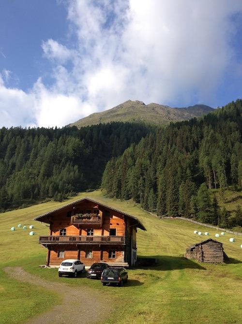 Almoides Leben an der Grenze zu Italien. Bienen, Weiden, Fenster, Hütten.  Allesperfekt!