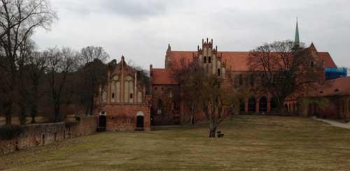 Konnten wir nur aus der Ferne sehen: der Klosterhof mit den alten Gebäuden.